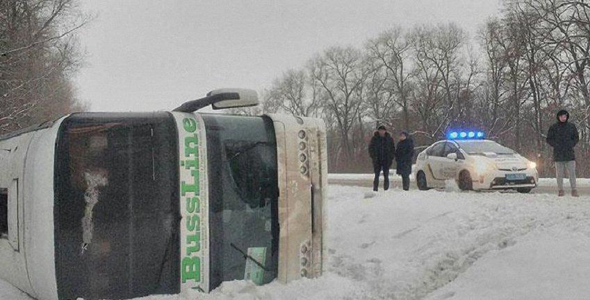 На Черниговщине перевернулся следовавший в Москву двухэтажный автобус - фото 1