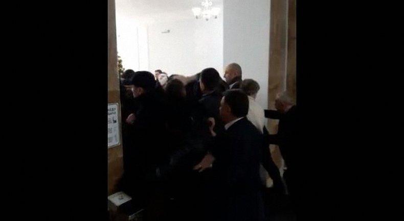 Амосова нагнала титушек для захвата НМУ имени Богомольца - фото 1
