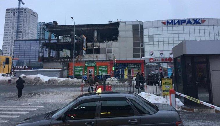 """Огонь уничтожил все левое крыло ТЦ """"Мираж"""" - фото 1"""