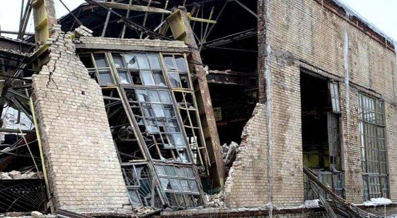 Стены некогда крутого завода сложились, как карточный домик - фото 1