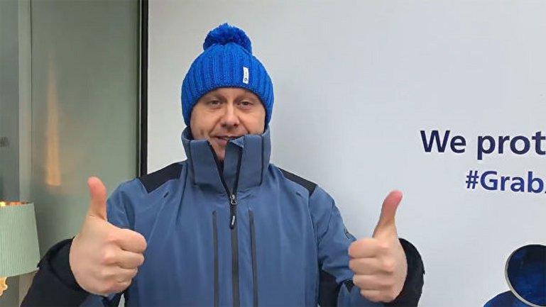 Кандидат в президенты решил продать ворованные синие шапки - фото 1