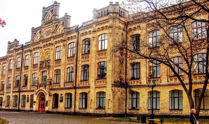 Петр Ковалев подключил все семейство к ремонту в общежитиях КПИ - фото 1