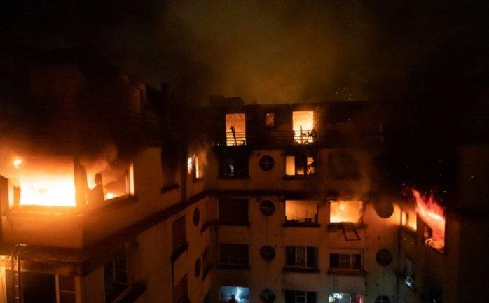 В дорогостоящем доме Парижа не могут потушить пожар - фото 1