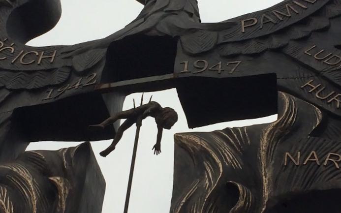 Один памятник Волынской резне в Польше уже есть: ребенок на вилах - фото 1