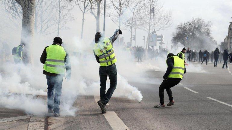 В Париже во время протестов «желтых жилетов» взорвалась граната: мужчине оторвало руку - фото 1