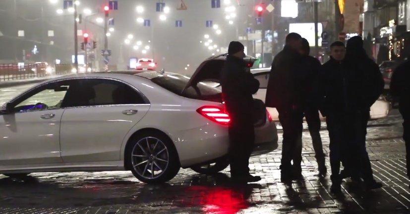 """Неадекват на """"Мерседесе"""" стрелял из ружья прямо в центре Киева - фото 1"""