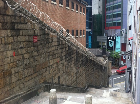 В Гонконге с помощью треккинговых браслетов хотят наблюдать за заключенными - фото 1