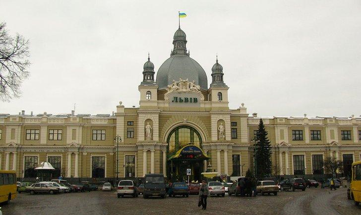"""Во Львове """"минировали"""" вокзал: пришлось эвакуировать 700 человек - фото 1"""