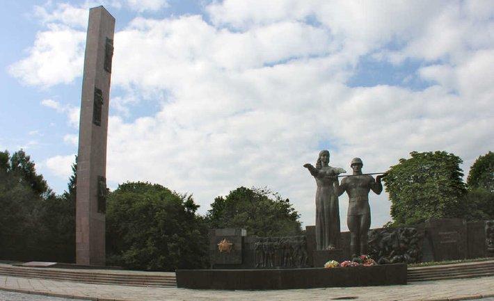 Во Львове снесли Монумент славы - фото 1