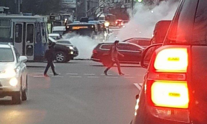В Киеве произошло ДТП с возгоранием - фото 1