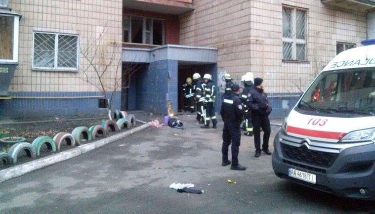Взрыв разнес входную дверь в подъезд - фото 1