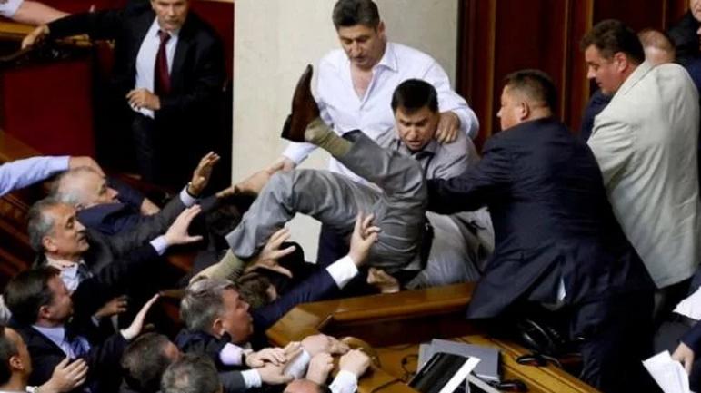 Украина возглавила рейтинг по недоверию к власти - фото 1