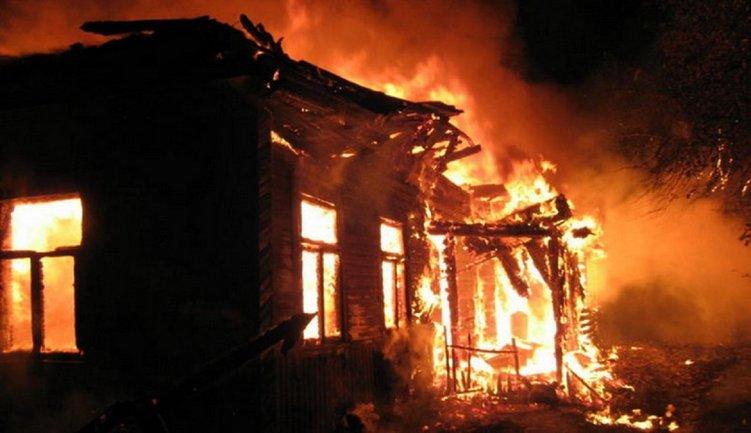 В России ребенка научили поджигать дом с людьми: погибли четыре человека - фото 1