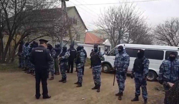 Террористы обыскивают дома крымских татар и задерживают их поддерживающих - фото 1