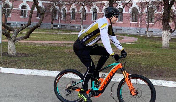 Мер Кличко приехал на велосипеде проголосовать - фото 1