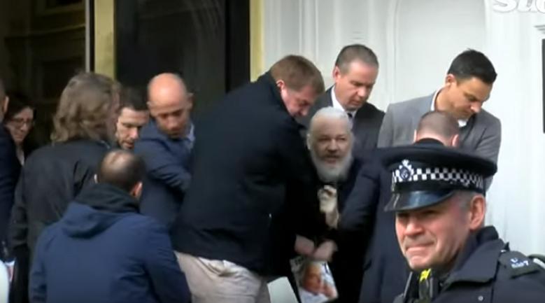 Джулиан Ассанж в истерике: его арестовали  - ВИДЕО - фото 1
