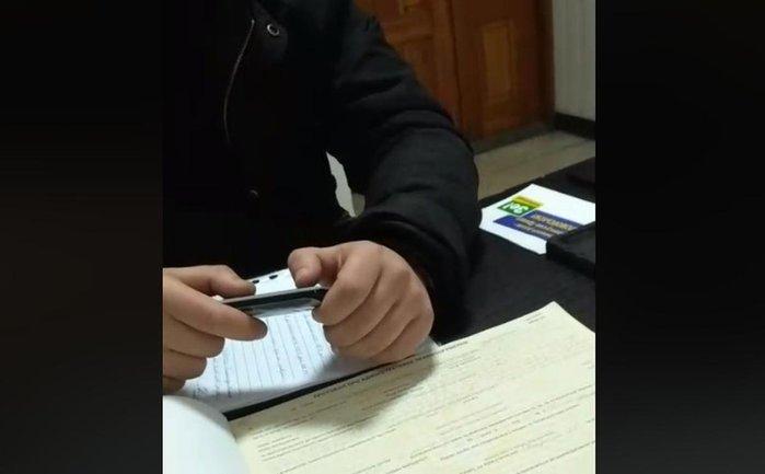 Леонида Овчаренко отвезли в полицию из-за наклеек против Зеленского - фото 1