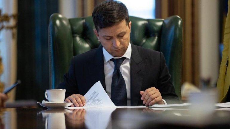 Зеленский принялся показательно отменять указы Порошенко - фото 1