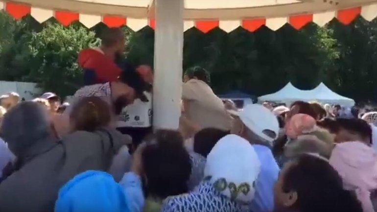 Русские подрались за еду на мусульманском празднике - фото 1
