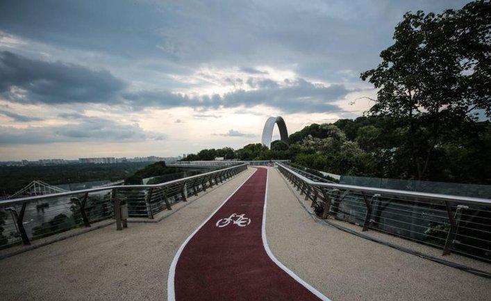 Мост Кличко притягивает неадекватных автомобилистов, мотоциклистов и пешеходов - фото 1