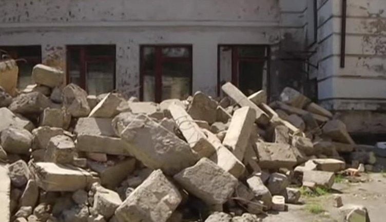 Тонны бетона рухнули на ступеньки центрального входа в школу в Каменском - фото 1