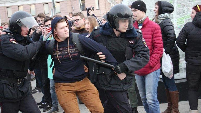Русский протест: одного бьют, десять смотрят - фото 1