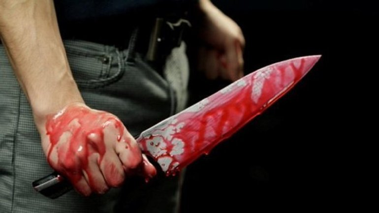 Всадили нож в грудь: полицейский неудачно зашел в метро - фото 1