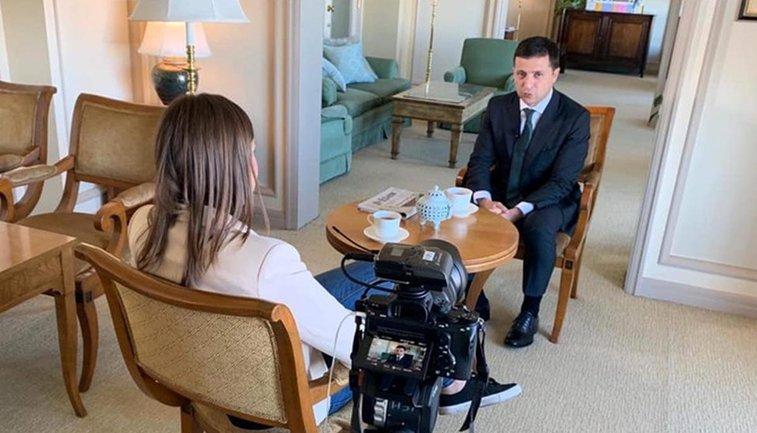 Мендель постоянно лезла в кадр, пытаясь сорвать интервью Зеленского - фото 1
