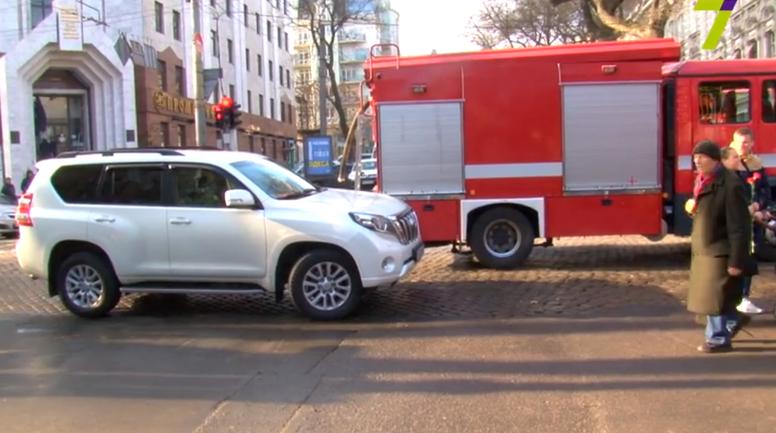 Машина Юзика была припаркована просто посреди дороги - фото 1