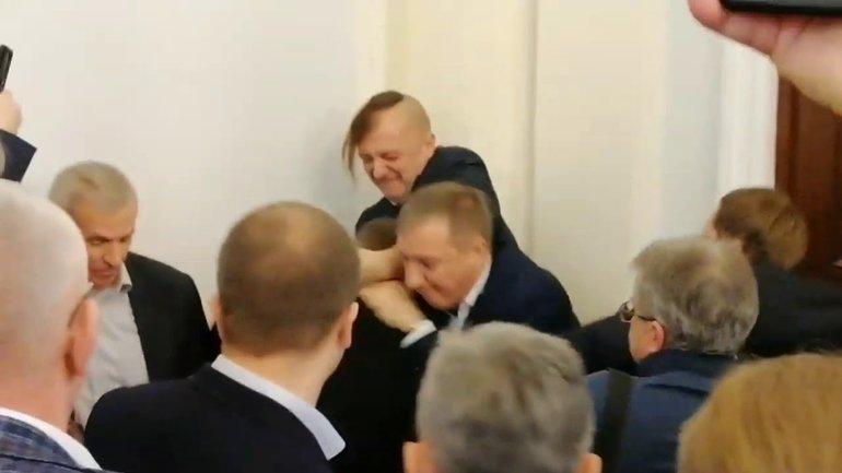 """Мордобой в Раде: Полиция схватила """"свободовца-драчуна"""" – ФОТО - фото 1"""