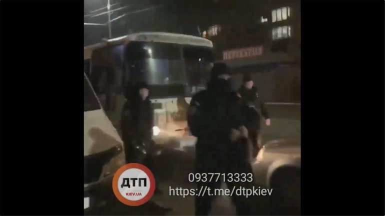 Против остановивших ментов активистов прислали автобус с КОРДом - фото 1