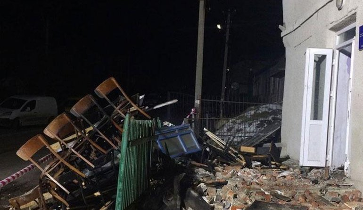 Под Тернополем взорвался клуб, пострадали дети - ФОТО - фото 1