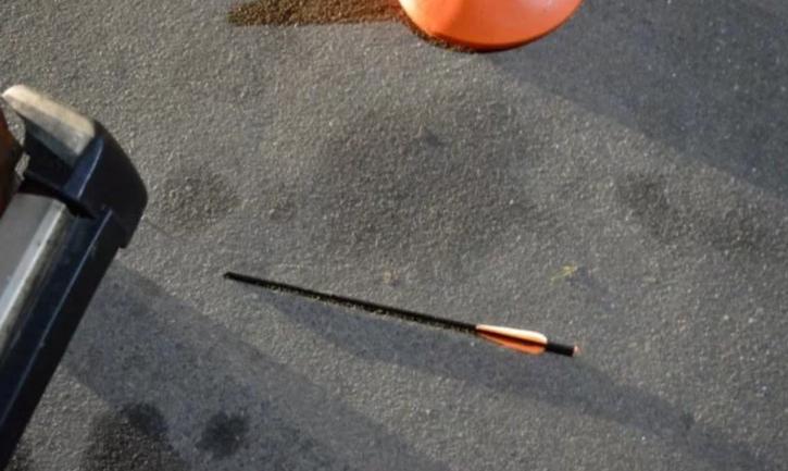 Стрела пробила женщине руку насквозь - фото 1