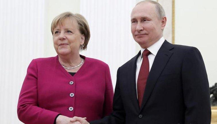 Меркель подыгрывает Путину - фото 1
