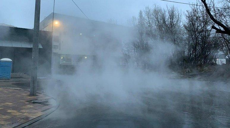 В Киеве возле нового ЖК случился прорыв теплотрассы - фото 1