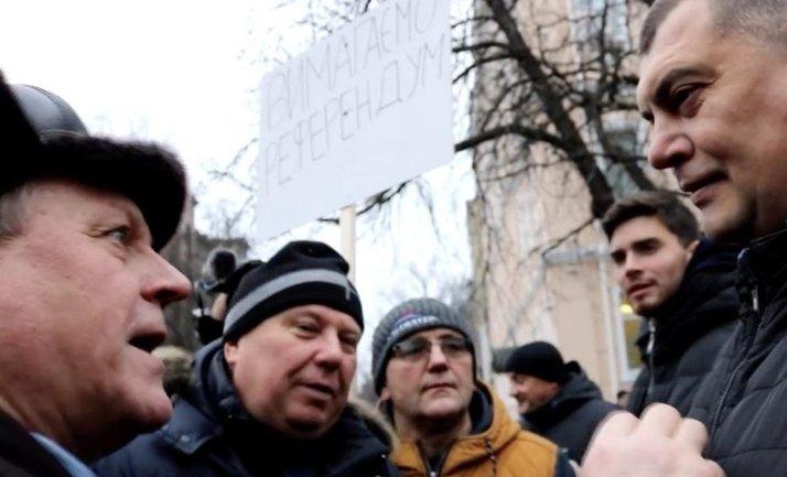 Юрий Корявченков не сумел ответить на конкретные вопросы людей - фото 1