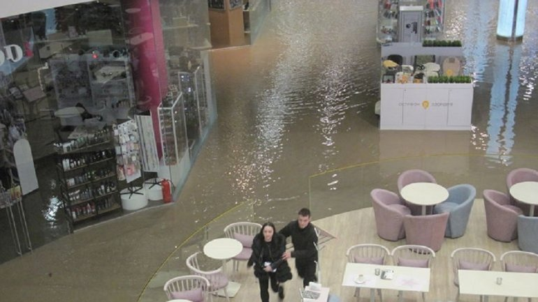 """Потоп в """"Ocean Plaza"""": коммунальщики ликвидировали аварию – ФОТО - фото 1"""