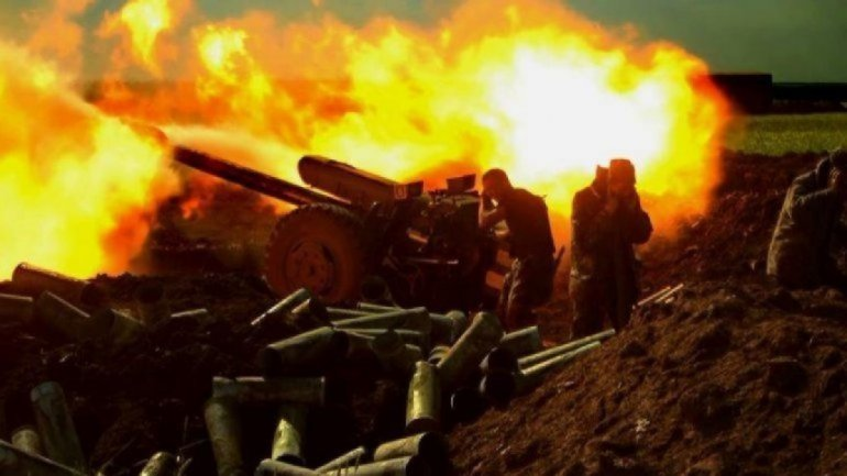 Боевики обстреляли поселок на Донбассе, есть пострадавшая - фото 1