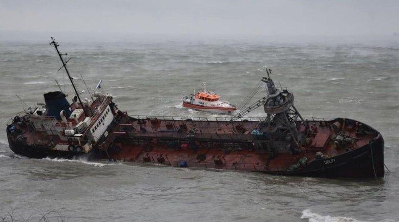 У танкера Delfi продолжают фиксировать разливы нефтепродуктов - фото 1