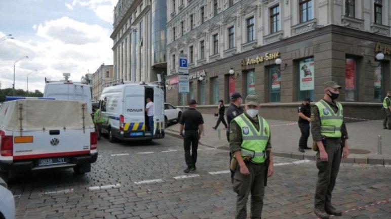 В Киеве мужчина захватил банк и угрожает все подорвать: Все подробности  - фото 1