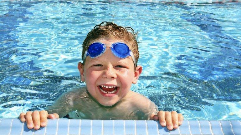 Первый заплыв: когда отдавать ребенка в бассейн - фото 1