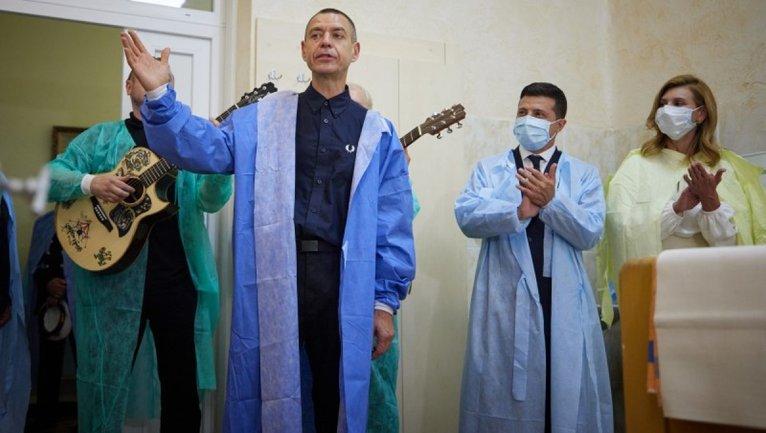 Зеленский с Михалком посетил военный госпиталь: В палате зазвучала Воины света - фото 1