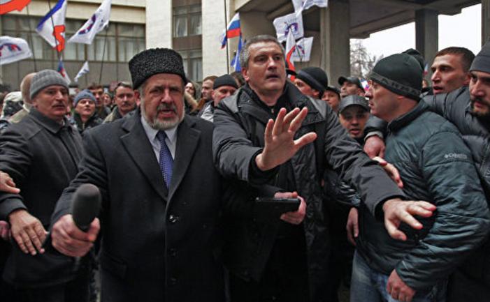 26 лютого 2014 - Чубаров намагається зупинити проросійських провокаторів на мітингу - фото 1